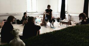 Salatyötä ja loputtomia toistoja – ohjaajan merkintöjä Leda-esityksen harjoituksista