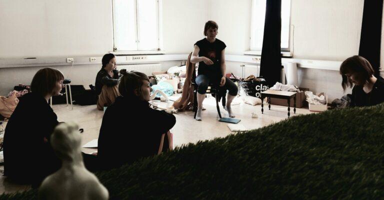 Ledan ohjaaja Merja Pöyhönen puhuu näytelmän harjoituksissa